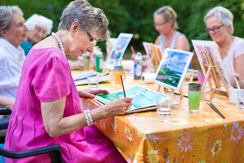 Starsza pani maluje obraz