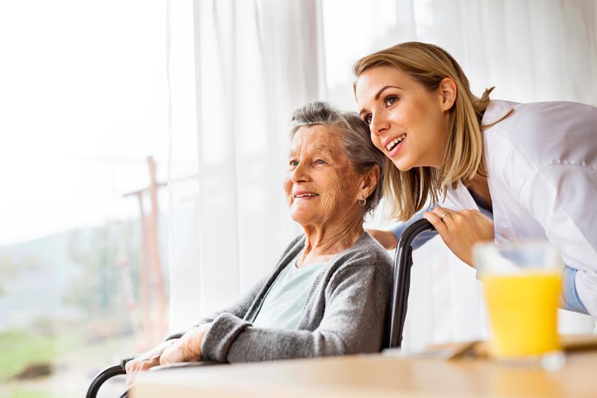 Seniorka z opiekunką