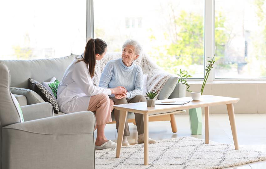 Opiekunka z seniorką w domu opieki