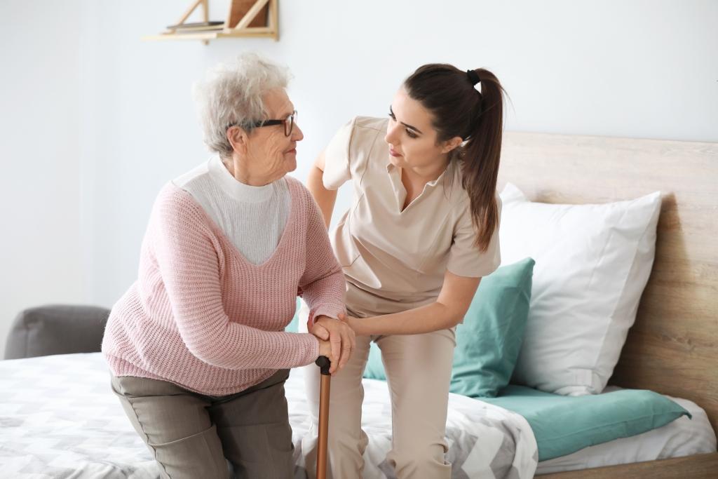 opieka nad starszą osobą po udarze